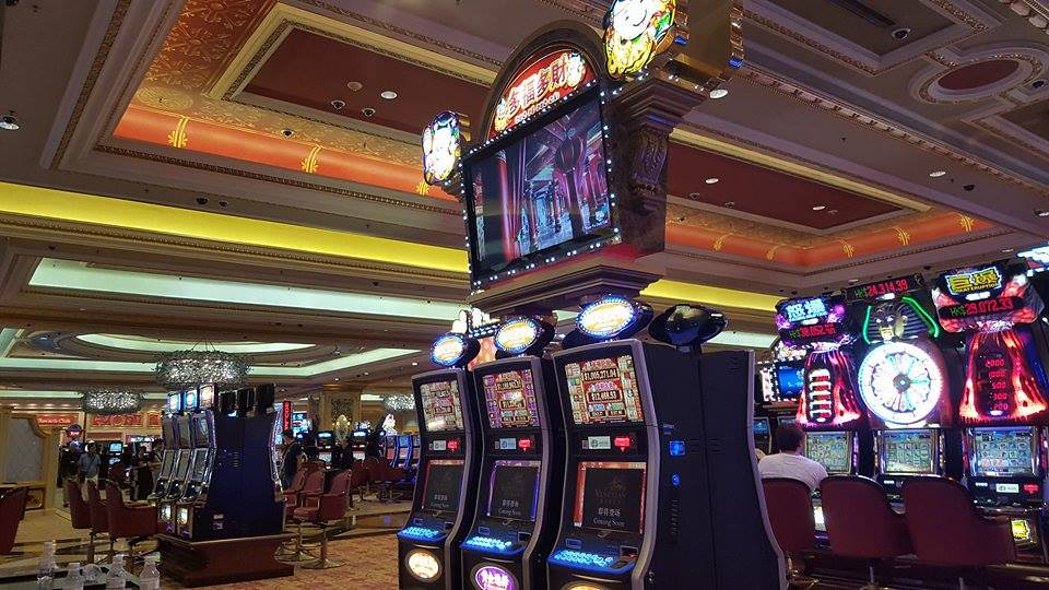 The Pros and Cons of Playing Slot Machines